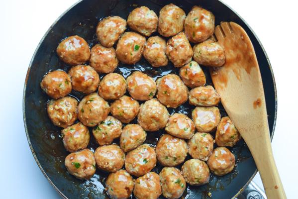 Teriyaki Meatball Broccoli Bowls - turkey meatballs simmered in a homemade teriyaki sauce with broccoli and rice. So simple and tasty!   tastythin.com