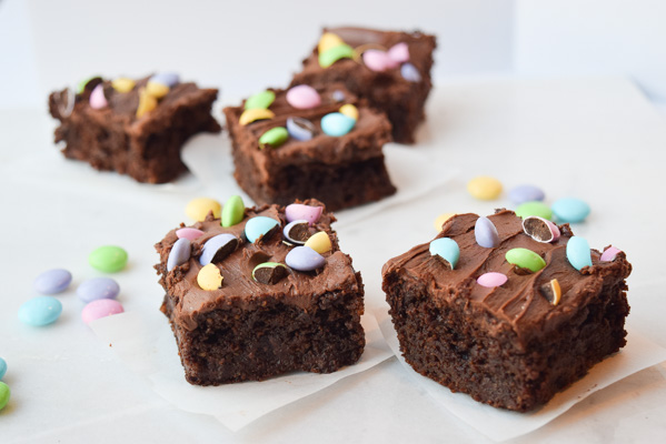 Healthy Brownies with Dark Chocolate Fudge Frosting - these brownies contain no flour or refined sugar and are low in fat! | tastythin.com