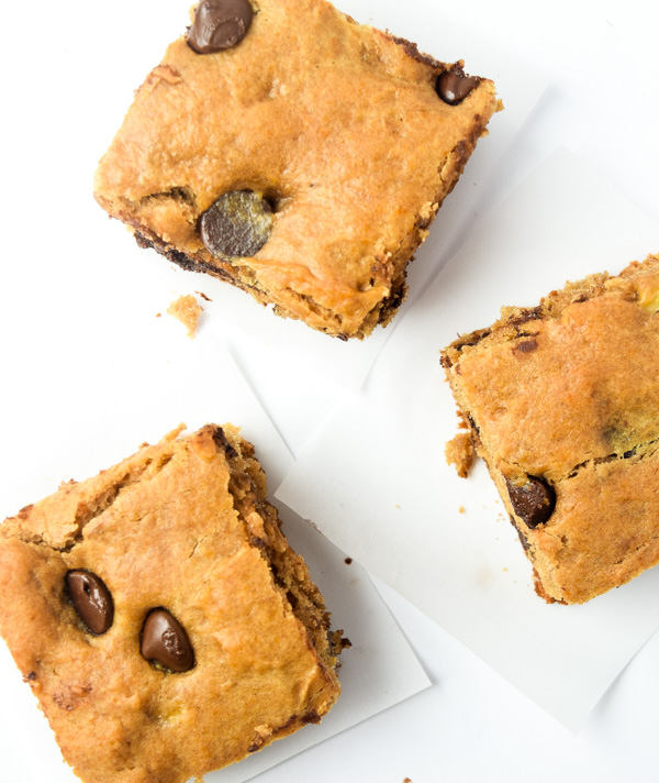 Peanut Butter Banana Blondies - a sweet treat with no butter/oil or added refined sugar. Kids will go crazy for these! | tastythin.com