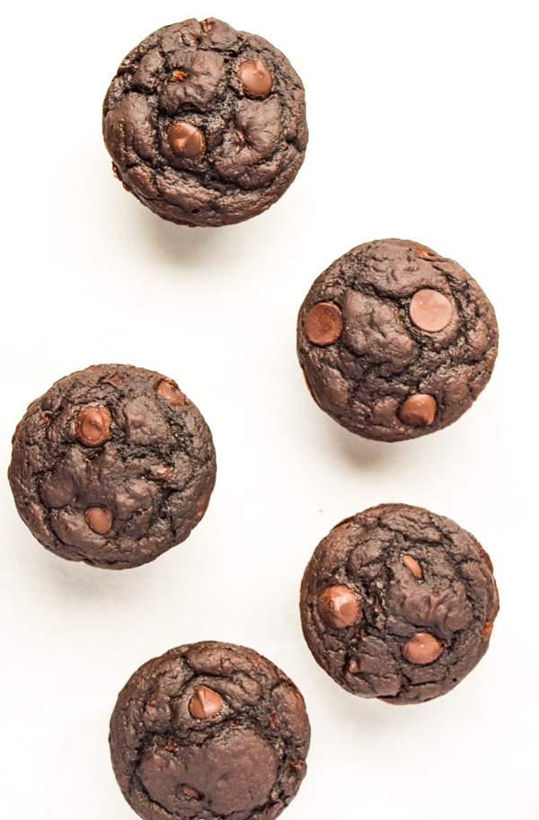 Skinny Double Chocolate Applesauce Muffins - tastes like a cheat, but it's not! Indulgent and full of healthy swaps. | tastythin.com