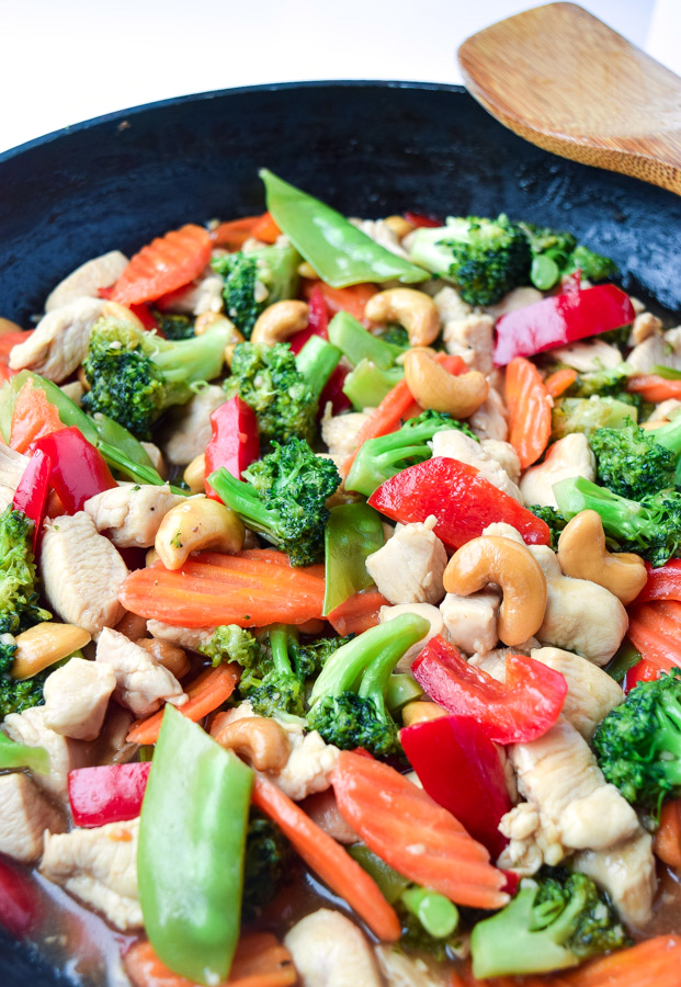 Skinny Cashew Chicken (Paleo) - a nutritious and tasty, lightened-up takeout meal, ready in only 20 minutes! | tastythin.com