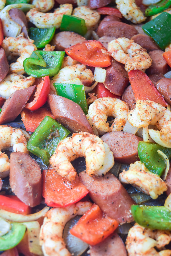 Sheet Pan Sausage & Shrimp Jambalaya (Whole30 Paleo) - full of big flavor and nutrition, throw this together for a super fast weeknight supper the whole family will enjoy! | tastythin.com