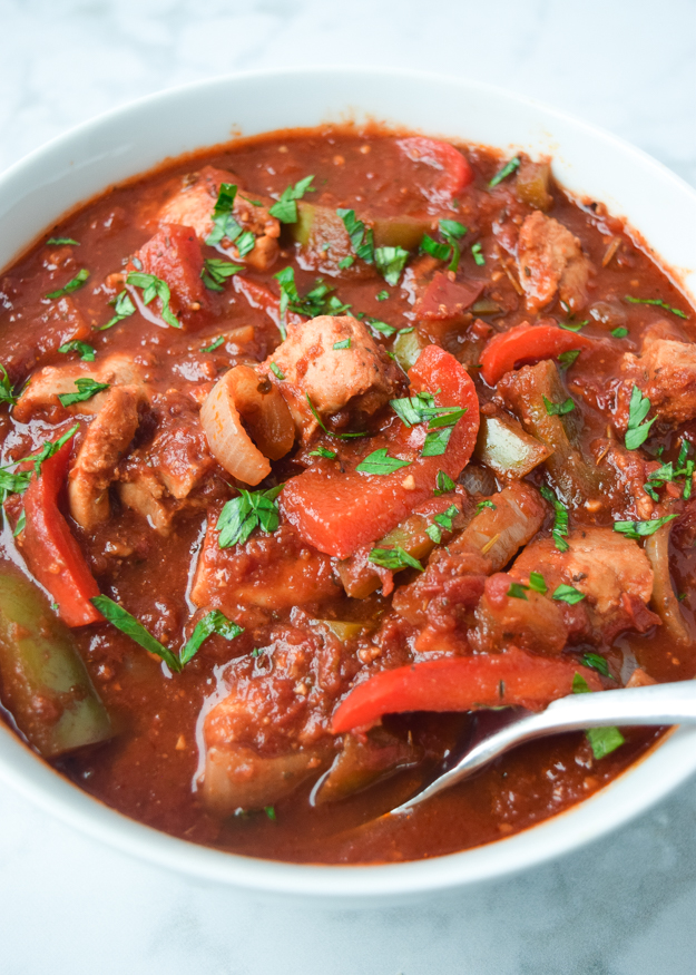 CLose up picture of chicken cacciatore in bowl