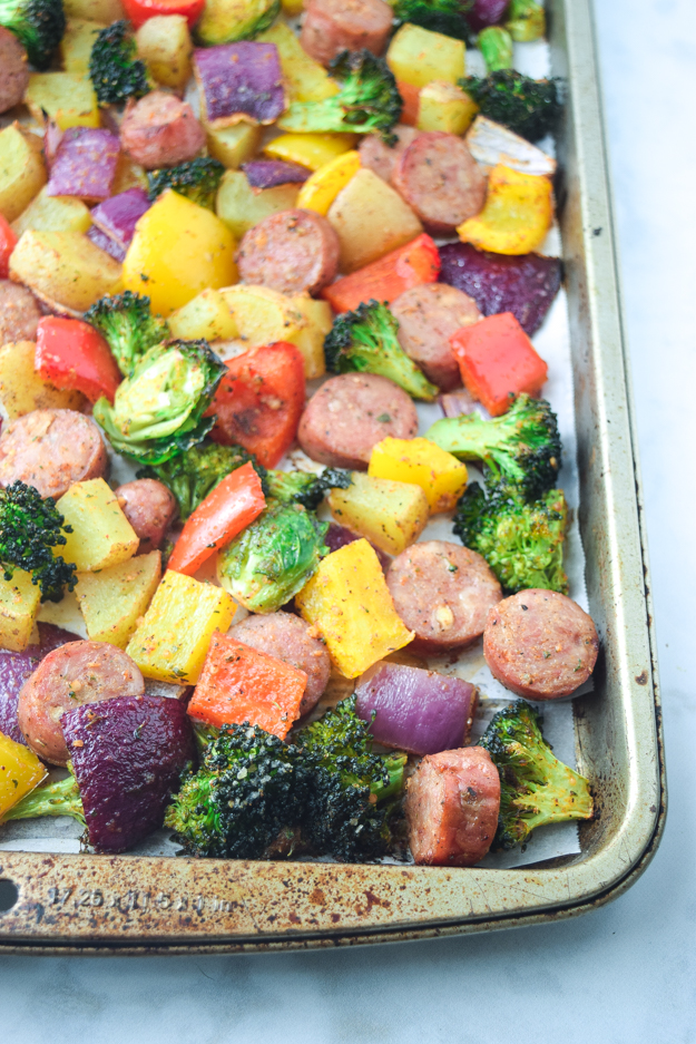 close up cooked sheet pan sausage and veggies